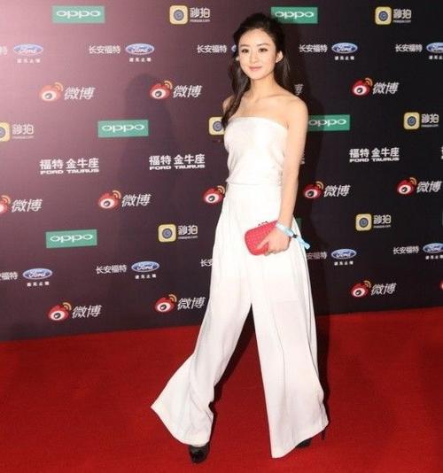 Triệu Lệ Dĩnh xuất hiện với gu thời trang cá tính.