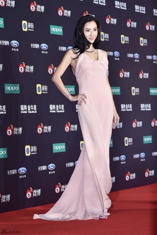 Trương Bá Chi quyến rũ trên thảm đỏ với váy hồng.