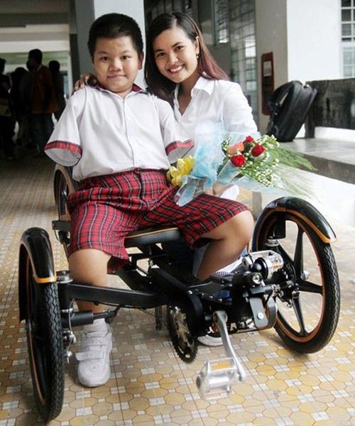 Chiếc xe lăn độc đáo dành cho người không tay.
