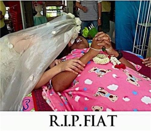 Hình ảnh cô gái mặc áo cưới trong đám tang người yêu đã lấy đi nhiều nước mắt của những người chứng kiến cũng như cư dân mạng. Ảnh: FBNV