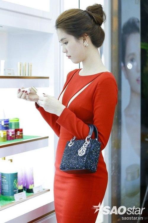 Cô dành thời gian tham quan và lựa chọn một số loại mỹ phẩm cho mình.
