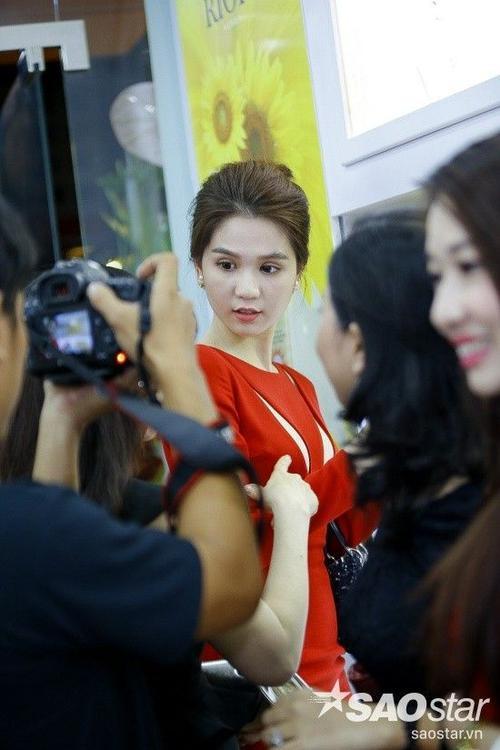 Ngọc Trinh được nhiều khách mời có mặt tại buổi khai trương hâm mộ, đồng thời không ngớt lời khen ngợi về vẻ ngoài xinh đẹp của cô.