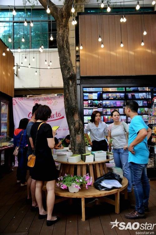 Đường sách rất sáng tạo trong việc tận dụng từng không gian trên đường Nguyễn Văn Bình để trưng bày sách.