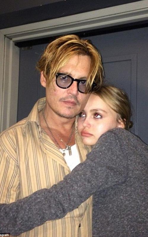 Cô con gái nhỏ rất hay làm nũng cùng cha.