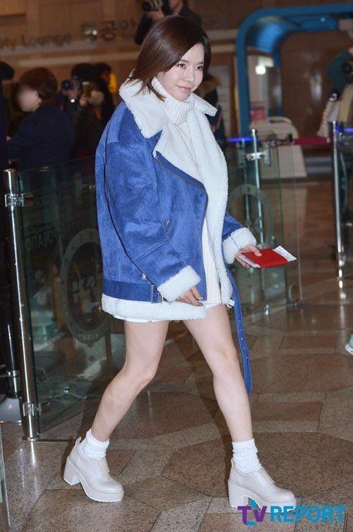 Sunny diện mốt khoe chân trong bộ đồ với 2 màu trắng và xanh chủ đạo.
