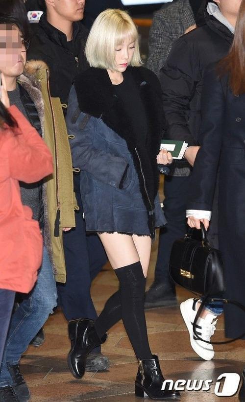 Trong lần xuất hiện này, Taeyeon lần đầu khoe mái tóc mới. Cô vừa cắt tóc ngắn được vài ngày. Taeyeon thay đổi nhiều kiểu nên mái tóc khá xơ xác, vì thế người hâm mộ cho rằng nữ ca sĩ phải cắt đi phần tóc hỏng.