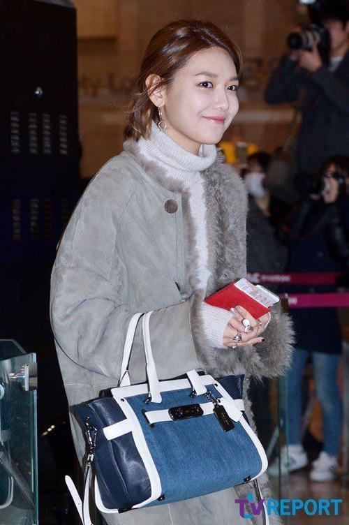Chỉn chu trong trang phục nhưng Soo Young mắc lỗi trang điểm. Gương mặt cô để lộ những mảng phấn loang lổ do không tán đều.