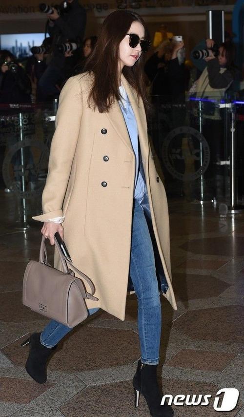Yoona nổi bật trong chiếc trenchcoat màu camel cơ bản, phối cùng skinny jeans và ankle boots.