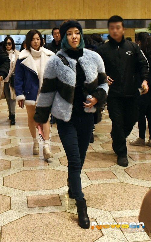 Hyoyeon nổi bật bởi tông màu xanh của áo lông và mái tóc.