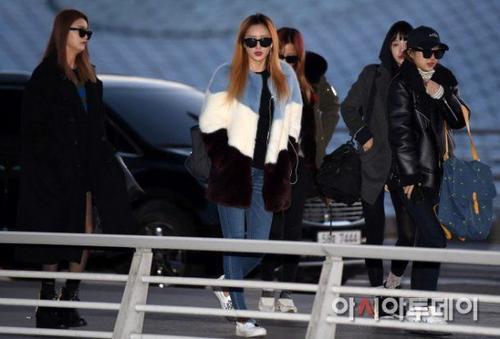Hôm 11/1, cánh săn ảnh bắt gặp nhóm nữ EXID gồm Solji, Eli, Hani, Hyerin và Park Jung Hwa đến sân bay quốc tế Incheon để khởi hành sang Thượng Hải, Trung Quốc. Nhóm có lịch trình dự một sự kiện của nhãn hàng mỹ phẩm ở Thượng Hải.