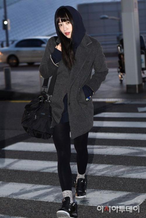 Hani xuất hiện trong trang phục tối màu, khỏe khoắn. Cô trùm mũ kín đáo, dễ dàng nhận ra Hani đã đổi màu tóc, từ màu xanh nổi bật sang màu đen.
