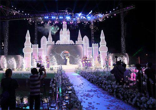 Sân khấu nổi trên sông trong tiệc cưới trị giá 14 tỷ của đại gia Cà Mau.