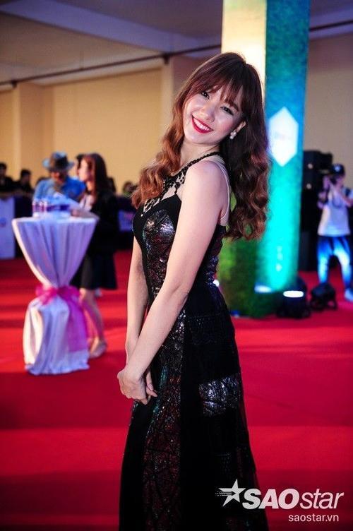 Cô thu hút nhiều sự chú ý từ giới truyền thông và những khách mời nhờ ngoại hình xinh đẹp, thần thái rạng rỡ.