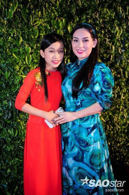 Ca sĩ Phi Nhung và con gái nuôi Thiên Ngân. Với sự dìu dắt của cô, giọng ca nhí đang có những bước đi khá vững vàng với dòng nhạc trữ tình - quê hương.