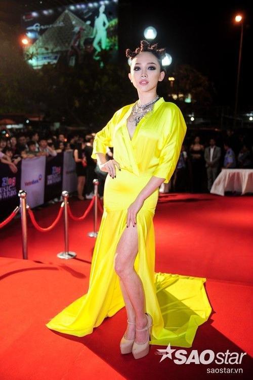 Tóc Tiên diện bộ cánh màu vàng khá nổi loạn. Cô là một trong số những nghệ sĩ khách mời tham gia biểu diễn ở buổi lễ trao giải.