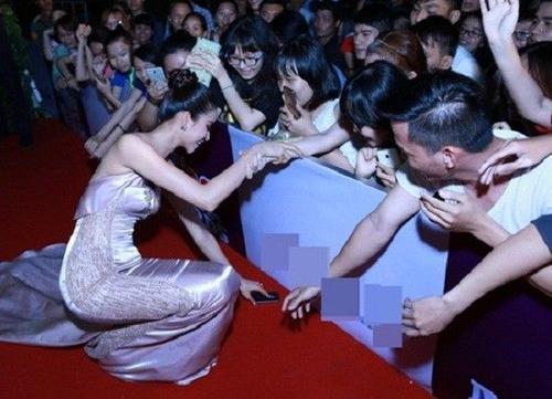 Phạm Hương tạo được thiện cảm khi cúi xuống nhặt điện thoại cho fan