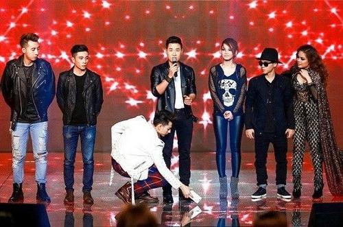 Isaac đã có hành động đẹp trong mắt khán giả khi cúi xuống nhặt chiếc điện thoại của MC Nguyên Khang.