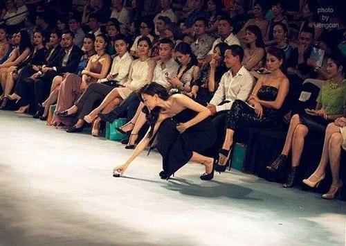 """""""đả nữ"""" của điện ảnh Việt đã cúi xuống nhặt vật bị rơi trên sàn catwalk."""