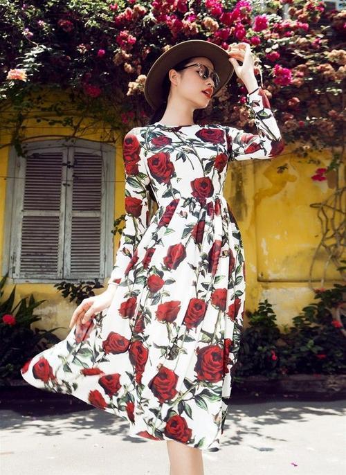 """Midi in hoa và fedora rộng vành trong shoot ảnh này """"ngọt"""" tuyệt đối với màu son đỏ của người đẹp."""