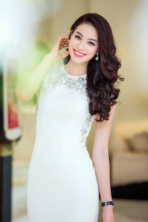 Diện little white dress là cách đơn giản nhất để Phạm Hương có vẻ ngoài vừa thời thượng mà vẫn vô cùng thanh lịch.