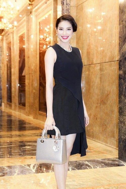 """Nếu có mẫu váy nào vừa đủ lịch sự, trang trọng cho những dịp đặc biệt, vừa đủ đơn giản, nền nã, mà…không gây """"ngốt"""" cho người đối diện, câu trả lời của Phạm Hương chỉ có thể là little black dress!"""