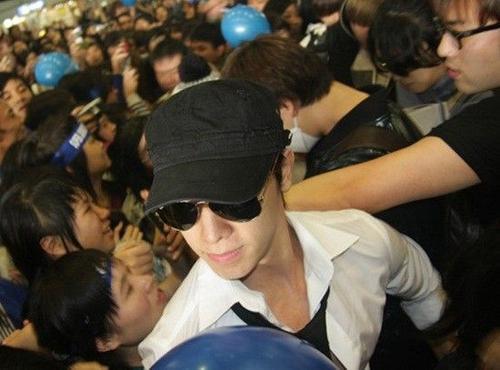 Super Junior kẹt ở dòng fans giữa sân bay.