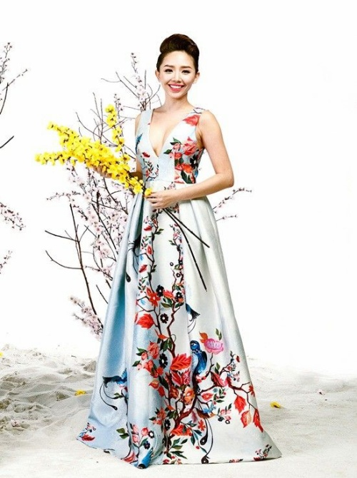 Ngoài tà áo dài, Tóc Tiên cũng chọn cho mình bộ cánh khác khoe khéo vòng 1 gợi cảm, quyến rũ.