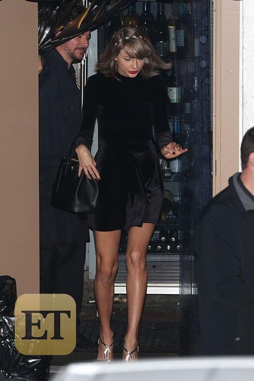 Theo cánh săn ảnh tiết lộ, cặp đôi dành 2 tiếng tại nhà hàng rồi rời đi bằng cửa phía nhà bếp. Trong bữa tối, Taylor khá vui vẻ, thoải mái.