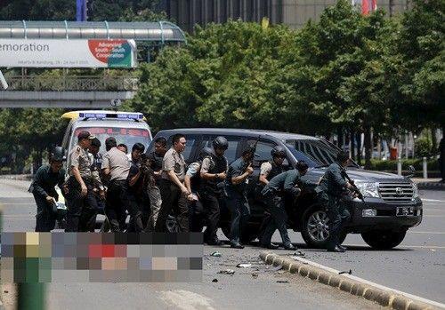Cảnh sát phản ứng cạnh nạn nhân thiệt mạng hoặc bị thương tại hiện trường vụ nổ ở Jakarta. Ảnh: Reuters