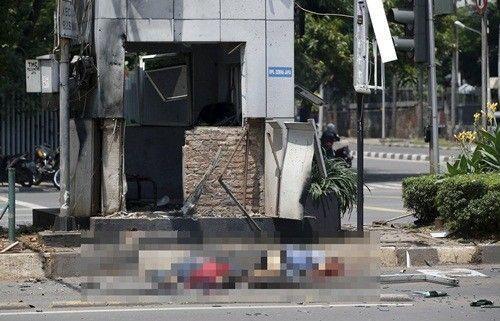 Người thiệt mạng hoặc bị thương tại hiện trường vụ nổ ở Jakarta. Ảnh: Reuters