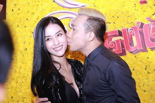 Trước đó hai tháng, ở buổi họp báo giới thiệu chương trình này, Trấn Thành không ngần ngại trao cho Mai Hồ một nụ hôn lên má.