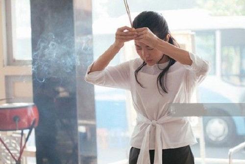 """dù đang quay phim ở Phan Thiết với lịch trình khá dày, nhưng """"Bé heo"""" vẫn xin phép đoàn phim tranh thủ quay về TP HCM viếng fan ruột."""