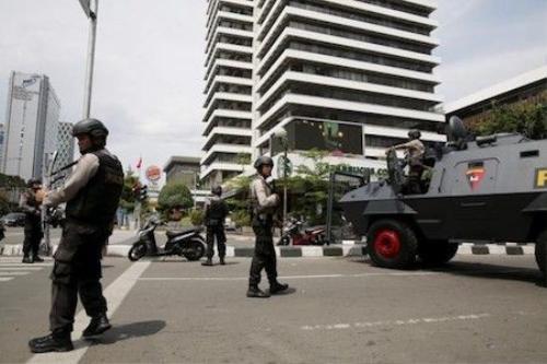 Cảnh sát Indonesia canh gác ở hiện trường vụ tấn công. Ảnh:  Reuters
