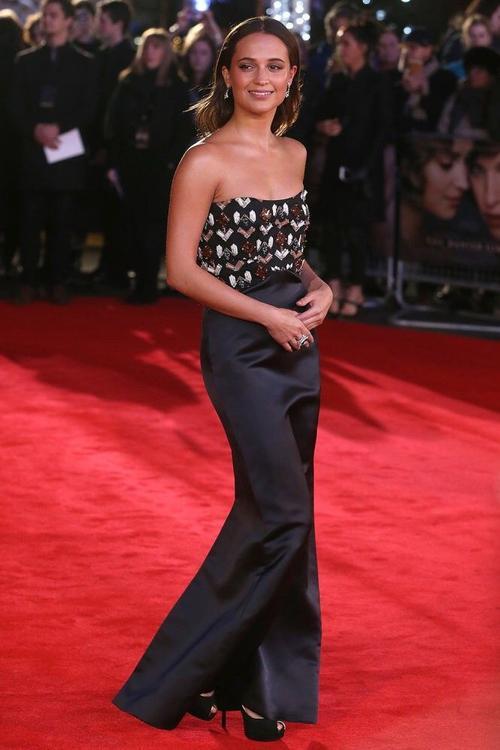 """Kể từ khi """"ký dấu"""" với LV, Alicia liên tục diện trang phục của nhãn hàng này. Tại buổi công chiếu The Danish Girl tại London ngày 8-12, cô khoác lên đầm lụa với thân áo cúp ngực có họa tiết vui mắt"""