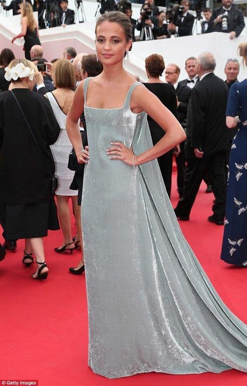buổi chiếu phim Macbeth tại LHP Cannes hôm 23 tháng 5, Alicia thu hút ống kính phóng viên bằng vẻ quý phái mà Valentino đem đến cho cô. Bộ đầm nhung màu nhũ bạc nằm trong bộ sưu tập Couture 2015 có thể hơi quá dài so với chiều cao 1m66 của cô nàng, nhưng đôi bông tai của Boucheron đã giúp Alicia tỏa sáng