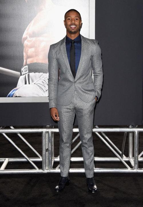 Michael B. Jordan chọn sắc ánh kim của Calvin Klein tại đêm công chiếu bộ phim Creed giúp anh nổi tiếng. Đôi giày màu Navy thương hiệu Christian Louboutin và đồng hồ Piaget hoàn toàn khiến chàng diễn viên da màu này nổi bật.