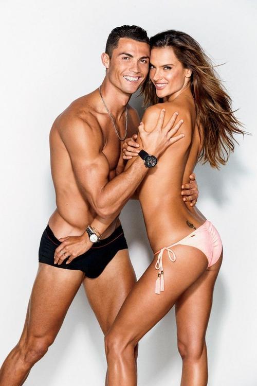 Với chủ đề Body, Cristiano và Alessandra cùng khoe thân hình săn chắc, gợi cảm trong những bộ nội y, riêng chân dài người Brazil để ngực trần, giấu vòng 1 trong cách tạo dáng ăn ý bên CR7.