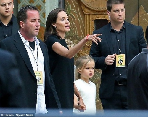 Dù công việc ngày càng bận rộn, Angelina tâm sự cô tự hào vì có ông xã Brad Pitt và các con hỗ trợ công việc. Đặc biệt, 2 cậu con trai lớn Maddox và Pax Thiên cũng đóng vai trò trong dự án phim mới gần đây của Angelina. Trong khi đó, 2 cô nhóc Shilod và Zahara giúp mẹ làm việc thiện trong chuyến đi đến Campuchia vào tháng 12 năm ngoái.