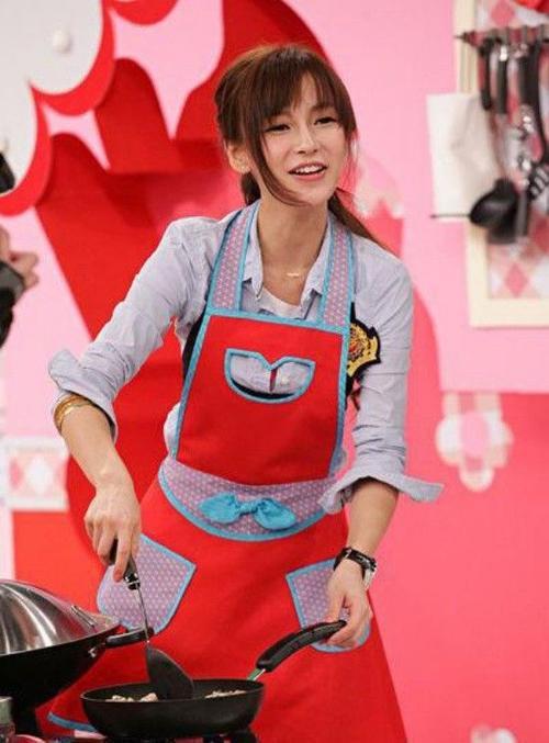 Với những hình ảnh trẻ trung, đầy sức sống, cô được ví von là tiểu thần tiên nhà bếp.