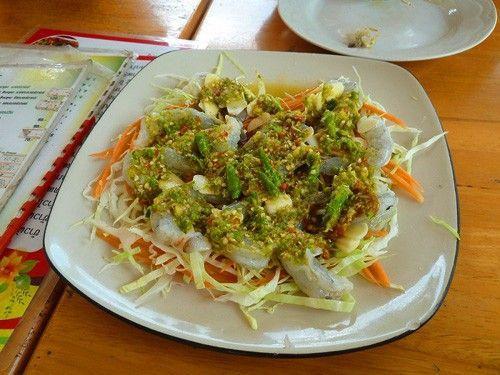 Goong Chae Nam Pla: Món ăn này được làm từ tôm tươi sống hoặc loại tôm trắng. Tôm không cần nấu chín, chỉ ướp cùng gia vị trong vài phút và thưởng thức tươi sống. Gia vị ngâm tôm gồm có nước mắm, ăn kèm bắp cải thái lát.