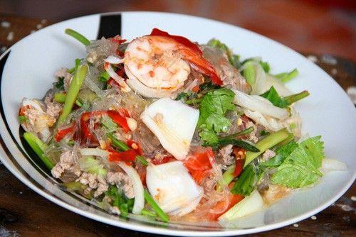 Goong Ob Woon Sen: Món này xuất hiện nhiều trên các bàn tiệc cưới ở Thái Lan. Goong ob sen có nghĩa là miến tôm nướng. Miến được nấu với gừng và trộn cùng tôm nướng, thường được bày trong nồi đất sét.