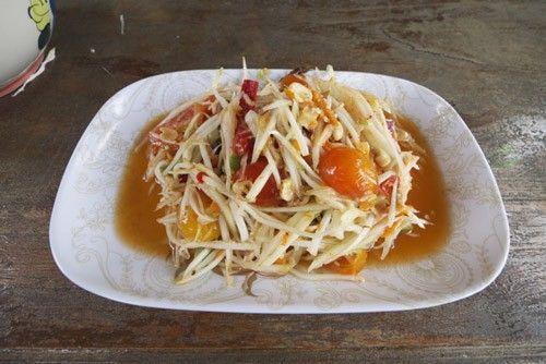 Som Tam Hoy Dong: Việc dám thử món ăn có màu nước sốt đỏ như màu rưới lên loại hàu lên men lâu ngày sẽ giúp bạn khám phá hương vị độc đáo của món ăn này.