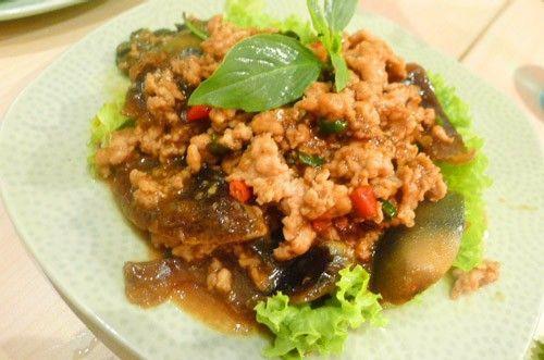 Yam Kai Yeow Maa: là món trứng vịt bắc thảo (loại trứng được để lâu ngày, chuyển sang màu đen) trộn với salad. Không phải ai cũng có thể thưởng thức vị độc đáo của loại trứng này.