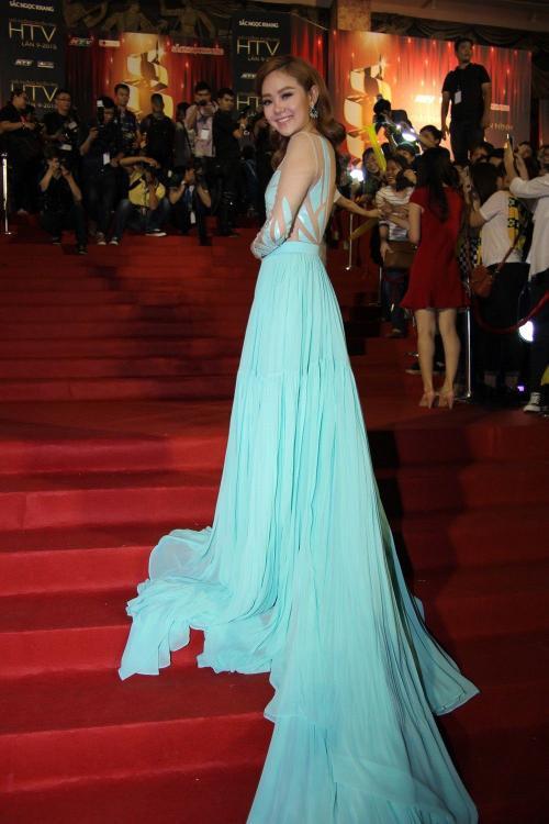 Nữ diễn viên luôn nổi bật và cuốn hút theo một cách rất riêng với thời trang thảm đỏ.