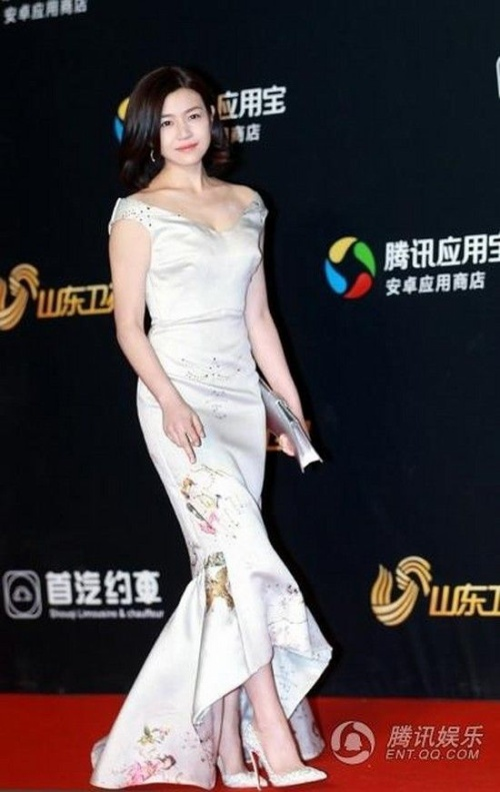 Trần Nghiên Hy nổi bật với váy trắng.