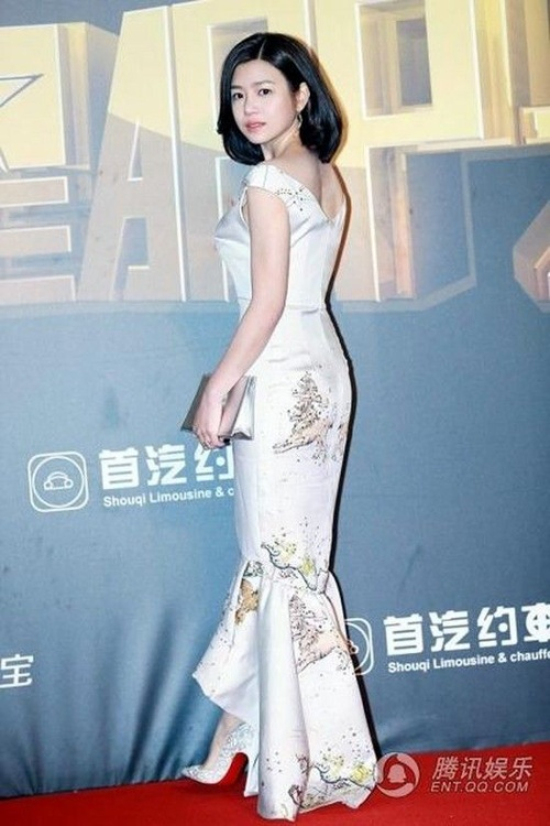 Nàng Tiểu Long Nữ khoe vóc dáng trước ống kính. Nhiều người cho rằng, Trần Nghiên Hy có vòng eo khá đầy.