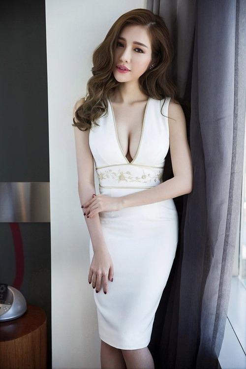 Không ai tin nổi với thân hình đẹp chuẩn từng cen ti mét như Elly Trần đã từng hạ sinh hai nhóc tì xinh xắn.