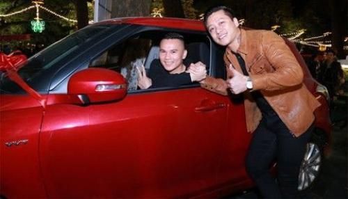 Tuấn Hưng trao cho Tú Dưa chiếc xe hơi 700 triệu đồng.
