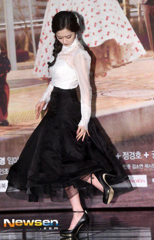 Jang Nara cẩn thận xem lại chân váy bồng bềnh dễ mắc kẹt vào đôi giày cao gót.