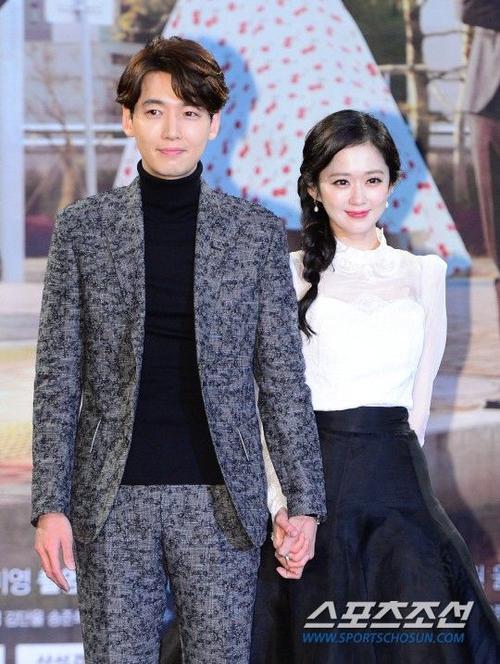 Người đẹp 34 tuổi nắm tay bạn diễn Jung Kyung Ho. Trong phim, nhân vật của Jang Nara từng trải qua một đời chồng, còn Jung Kyung Ho sắm vai ông bố nhà báo độc thân. Hai nhân vật sẽ có mối liên hệ tình cảm trong phim.